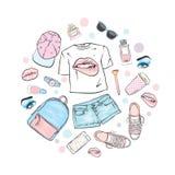 Een reeks vrouwen` s kleren Tienerstijl T-shirt met druk in de vorm van lippen, rugzak, tennisschoenen, horloge, smartphone, GLB, royalty-vrije illustratie