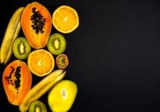 Een reeks vruchten, fruit is van de linkerzijde en een beschikbare ruimte op de juiste, zwarte achtergrond royalty-vrije stock foto