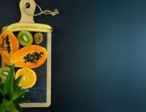 Een reeks vruchten sneed in de helft, papaja, sinaasappel, banaan, kiwi, mango stock foto