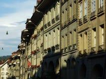 Een reeks woonhuizen in het stadscentrum van Bern royalty-vrije stock afbeelding