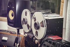 Een reel-to-reel registreertoestel in studio stock fotografie