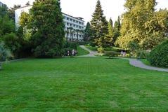 Een regelmatig bebouwd groen gazon tegen de achtergrond van de bouw van het groene complex royalty-vrije stock fotografie