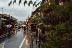 Een regenachtige middag in Kyoto, Japan stock afbeeldingen