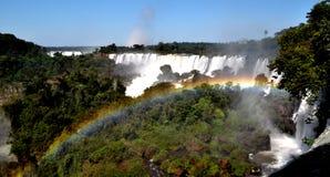 Een regenboog en een waterval Stock Foto
