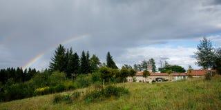 Een regenboog na de regens Stock Afbeeldingen