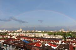 Een regenboog is na tegengehouden regen voorgekomen stock afbeelding