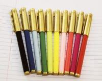 Een regenboog van gekleurde pennen klaar om naar school, een bureau terug te keren of art. tot stand te brengen Stock Afbeelding