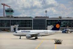 Een regionale Lufthansa-Luchtbus, de Luchthaven van München Stock Afbeelding