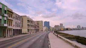 Een reis langs de Malecon-strandboulevard in de Cubaanse stad van Havana stock videobeelden