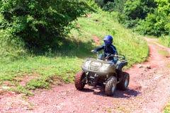 Een reis op ATV op de rode weg royalty-vrije stock fotografie