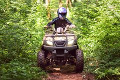 Een reis op ATV op de rode weg stock afbeeldingen