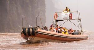 Een Reisboot bij de basis van Iguazu valt royalty-vrije stock afbeeldingen