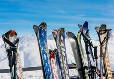 Een rek met skis wordt ingepakt die Skitoevlucht Livigno Royalty-vrije Stock Afbeelding