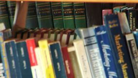 Een Rek van Boeken in een Lokale Bibliotheek worden geschikt die stock videobeelden