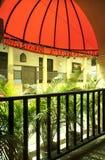 Een restaurant met rode roofage en groene installaties Royalty-vrije Stock Foto