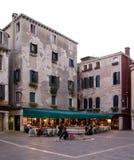 Een restaurant op een klein plein met het inbouwen van Venetië Italië Stock Afbeelding