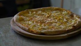 Een restaurant pizzeria In de keuken op de lijst zijn drie kant-en-klare pizza's Zij zijn vers en heet Close-up langzaam stock videobeelden