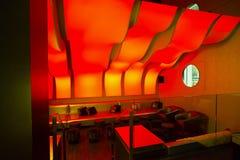Een restaurant van de luxebar met comfortabele stoelen Stock Foto's