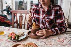 Een restaurantbezoeker eet een nationale Turkse schotel in een pot die alvorens wordt verbruikt geroepen testi-Kebab gebroken is royalty-vrije stock afbeelding