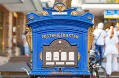 Een retro blauw die brievenvakje met gesneden gouden cijfers wordt verfraaid Royalty-vrije Stock Foto's