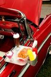 Een retro klassieke auto met bij een diner Stock Fotografie
