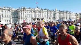 Een reusachtig aantal heldere atleten zal de marathon van St. Petersburg beginnen Helder Zonnig ras in St. Petersburg stock videobeelden