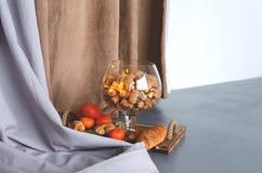 Een reusachtig glas champagne en wijn kurkt stock foto's