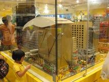 Een reusachtig legomodel in een stuk speelgoed winkel in Langham-winkelcomplex, Mong Kok, Hong Kong stock afbeelding