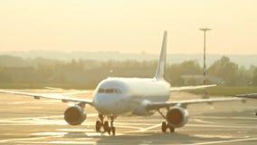 Een reusachtig vliegtuig die op de baan van start gaan Warm van de turbine betreft de lucht en vervormt het stock video