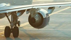 Een reusachtig vliegtuig die zich op de baan bevinden en trekt de vleugel terug Een stroom van warmte van de turbine betreft de l stock video