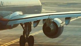 Een reusachtig vliegtuig die zich op de baan bevinden die klaar te vliegen worden Een stroom van warmte van de turbine betreft de stock videobeelden