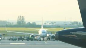 Een reusachtig vliegtuig die zich op de baan bevinden Een stroom van warmte van de turbine betreft de lucht en vervormt het stock videobeelden