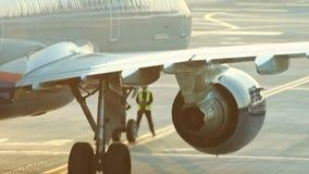 Een reusachtig vliegtuig die zich op de baan bevinden Een stroom van warmte van de turbine betreft de lucht en vervormt het Een m stock video