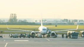 Een reusachtig vliegtuig die zich op de baan bevinden Warm van de turbine betreft de lucht en vervormt het stock videobeelden