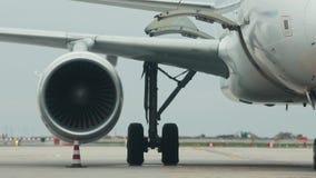Een reusachtig vliegtuig die zich op de baan bevinden Warm van de turbine betreft de lucht stock footage