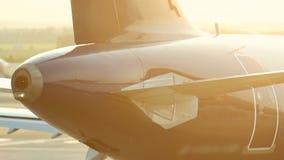 Een reusachtig vliegtuig die zich op de baan en de reeksen de peddels klaar te vliegen bevinden stock videobeelden