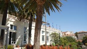 Een reusachtig wit landgoed met meerdere verdiepingen in palmen Herceg Novi, Mon stock video