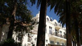 Een reusachtig wit landgoed met meerdere verdiepingen in palmen Herceg Novi, Mon stock footage