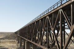 De brug van de spoorweg over de weg in Arizona Stock Fotografie