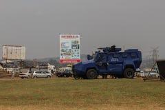 Een reusachtige gepantserde militaire blauwe politiewagen in Kampala stock afbeelding