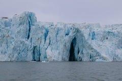 Een reusachtige gletsjer van de noordpool overzeese kust Royalty-vrije Stock Fotografie