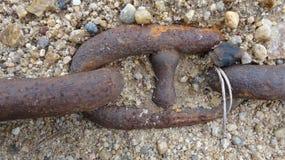 Een reusachtige ketting van ijzer is behandeld met zand royalty-vrije stock foto's