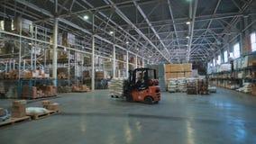 Een reusachtige kruidenierswinkelopslag Op de vlotte vloer gaat vrachtwagen met goederen stock footage