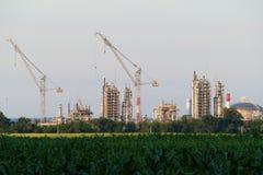 Een reusachtige olieraffinaderij met kranen in aanbouw Royalty-vrije Stock Foto's