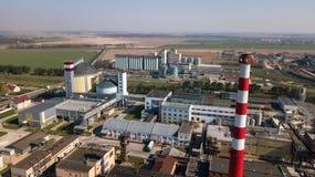 Een reusachtige olieraffinaderij met metaalstructuren, pijpen en distillatie van het complex met het branden lichten bij schemer  royalty-vrije stock foto