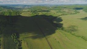 Een reusachtige schaduw van de wolk behandelt het natuurlijke landschap Een prachtig zeldzaam plan van de lucht stock videobeelden