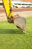 Een reusachtige schop die op grond graven. Stock Afbeelding