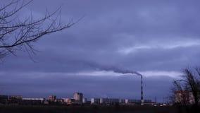 Een reusachtige smok over de stad Verontreinigende fabrieken bij zonsondergang stock footage
