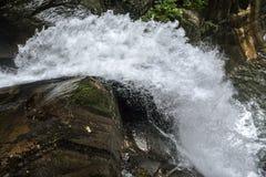 Een reusachtige waterkolom van water om een boog te vormen Stock Afbeeldingen