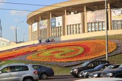 Een groot bloembed in de straten van Moskou Stock Foto